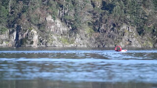 vidéos et rushes de open ocean robotics' solar powered remote controlled boat test ride in victoria, british columbia, canada, on wednesday, february 3, 2021. - essai de voiture
