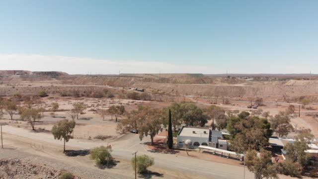 open pit mine in outback australia - australien stock-videos und b-roll-filmmaterial