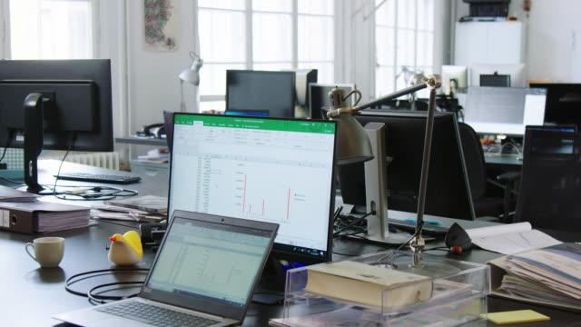 vidéos et rushes de bureaux de bureau à aire ouverte avec ordinateurs - logiciel informatique