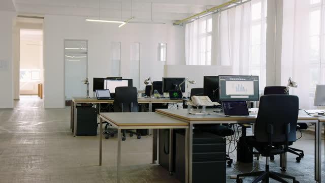 オープンプランスタートアップオフィス - brightly lit点の映像素材/bロール