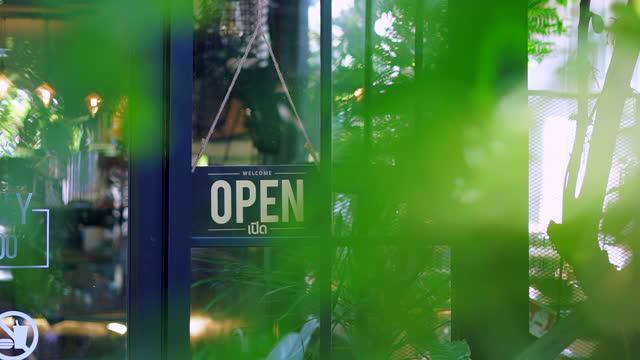 オープンサインオンガラスドア - バナー看板点の映像素材/bロール