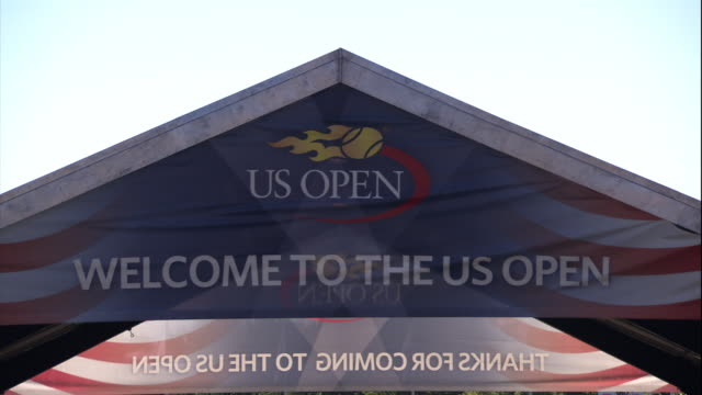 vídeos de stock, filmes e b-roll de us open sign - flushing meadows corona park