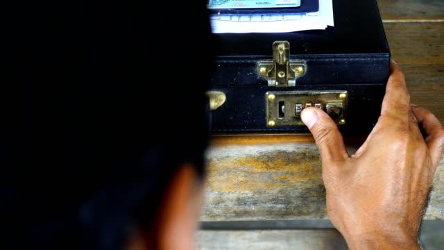 vídeos de stock e filmes b-roll de open the code for the briefcase - bandido