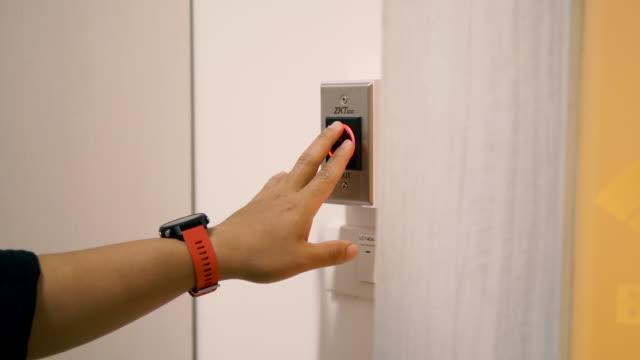 ハンドスキャンを使用してドアを開けます。 - アイデンティティー点の映像素材/bロール