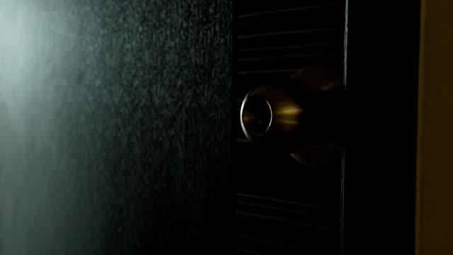 vídeos de stock, filmes e b-roll de abre a porta. - fechando