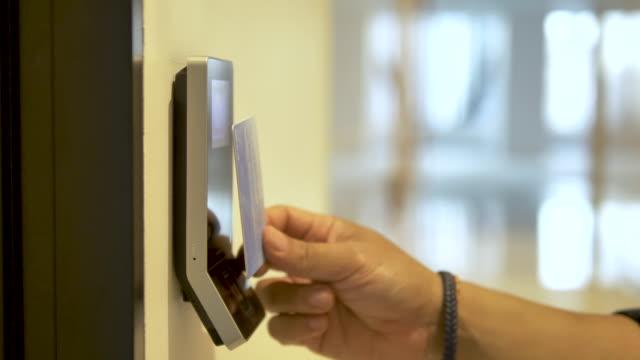 aprire la porta con una scansione della chiave magnetica. - identità video stock e b–roll