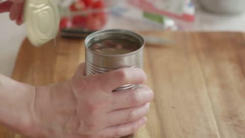 vídeos y material grabado en eventos de stock de lata abierta de frijoles borlotti - bean
