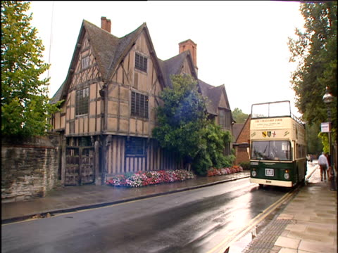 open top tour bus pulls away from tudor house hall's croft home of william shakespeare's daughter stratford upon avon - croft stock videos & royalty-free footage