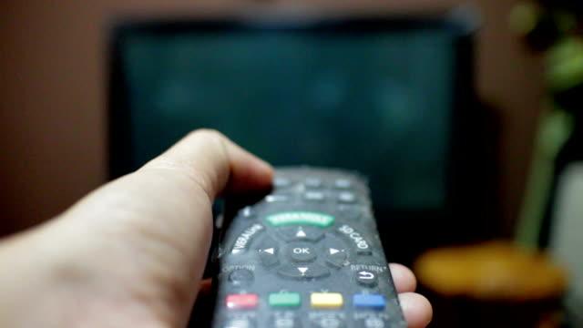 stockvideo's en b-roll-footage met open tv,using remote control - zappen