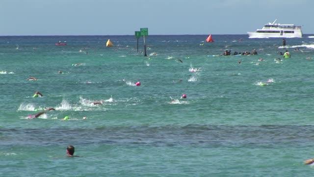 vídeos de stock e filmes b-roll de open water swimming race off waikiki beach hawaii, leaders, underwater, diamond head - salmini