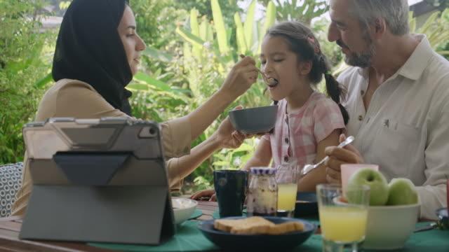 vídeos de stock e filmes b-roll de open wide, this cereal is for you. - oriente médio