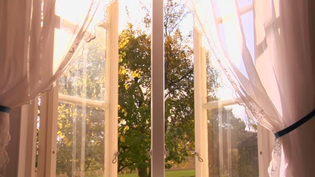 stockvideo's en b-roll-footage met open window with white curtains - gordijn