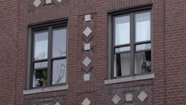 open windows let in the fresh air to a brooklyn apartment. - campo totale video stock e b–roll