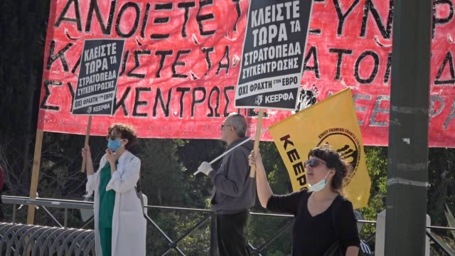 vidéos et rushes de openborders activists defy coronavirus lockdown measures and demonstrate in syntagma square in athens demanding from the government to open the... - lockdown