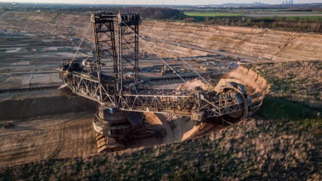 aerial: braunkohletagebau - braunkohletagebau - bagger stock-videos und b-roll-filmmaterial