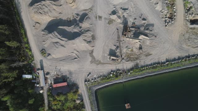 vidéos et rushes de mine opencast et réservoir d'eau technique dans les montagnes voisines gold bar, état de washington. vidéo de drone aérien avec le mouvement lent de caméra panoramique. - nord ouest américain