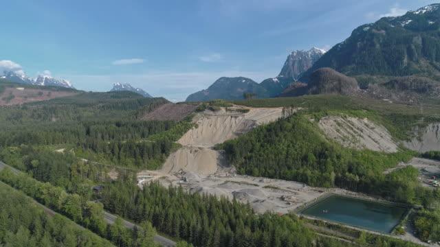 vidéos et rushes de mine opencast et réservoir d'eau technique dans les montagnes voisines gold bar, état de washington. vidéo de drone aérien avec le mouvement panoramique de caméra. - nord ouest américain