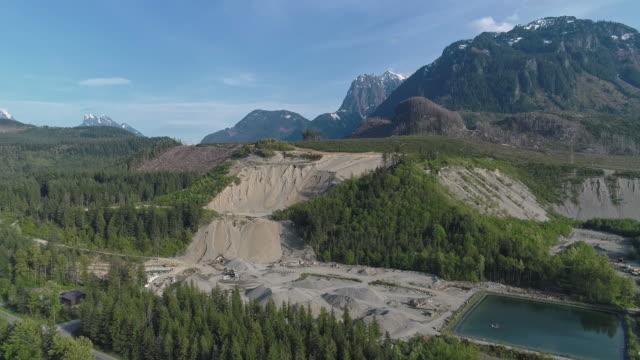 vidéos et rushes de mine opencast et réservoir d'eau technique dans les montagnes voisines gold bar, état de washington. vidéo de drone aérien avec le mouvement arrière de caméra. - nord ouest américain
