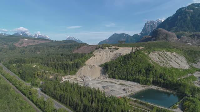 vidéos et rushes de mine à ciel ouvert et réservoir d'eau technique dans les montagnes à proximité de gold bar, état de washington. vidéo de drone aérien avec le mouvement panoramique de la caméra. - nord ouest américain