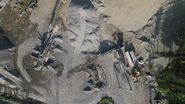 vidéos et rushes de mine opencast dans les montagnes à proximité gold bar, état de washington. vidéo de drone aérien avec le mouvement de caméra panoramique. - nord ouest américain