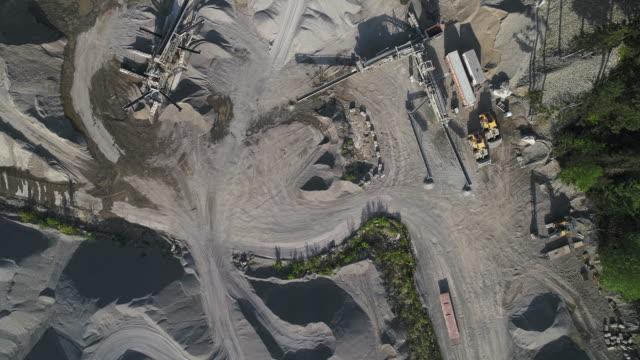 vidéos et rushes de mine opencast dans les montagnes à proximité gold bar, état de washington. vidéo de drone aérien avec le mouvement de la caméra avant panoramique. - nord ouest américain