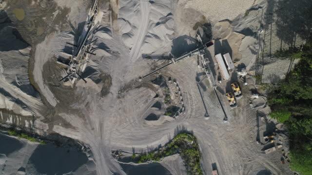 vidéos et rushes de mine opencast dans les montagnes voisines gold bar, état de washington. vidéo de drone aérien avec le mouvement de la caméra panoramique. - nord ouest américain