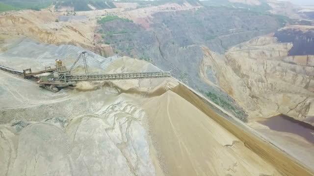 vidéos et rushes de puits de mine à ciel ouvert avec la machinerie lourde - digging