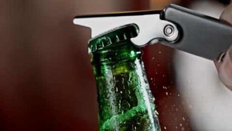 vídeos y material grabado en eventos de stock de slo mo abrir una botella de cerveza - botella