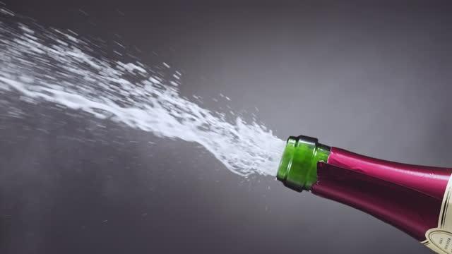 シャンパンスーパースローモーションのボトルを開ける - シャンパン点の映像素材/bロール