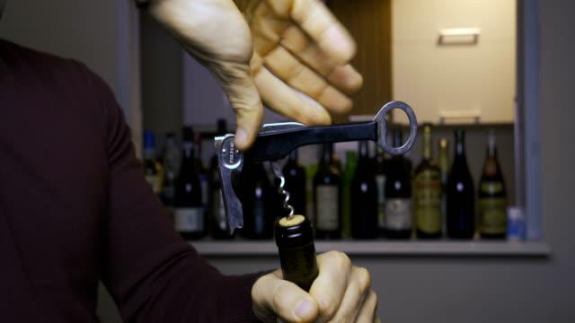 ワインのボトルを開きます。 - ボトルオープナー点の映像素材/bロール