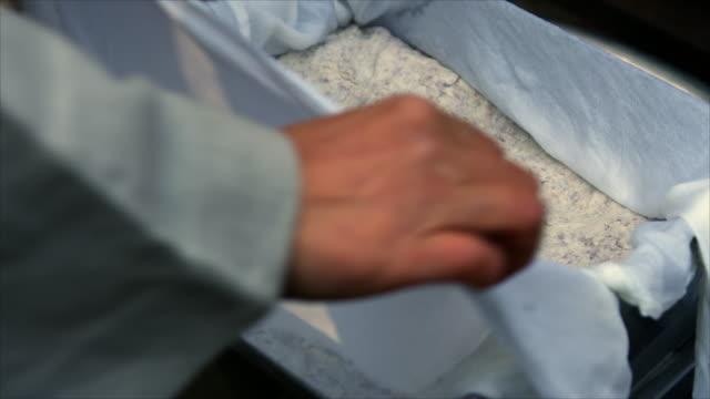 opening a cotton covered tofu - 大豆点の映像素材/bロール