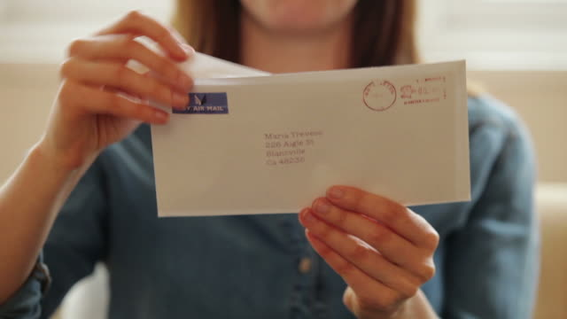 stockvideo's en b-roll-footage met opening a letter          li cm ro - post