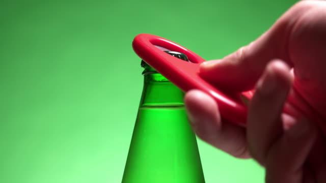 ソーダ水ボトルを開ける - ウォーターボトル点の映像素材/bロール