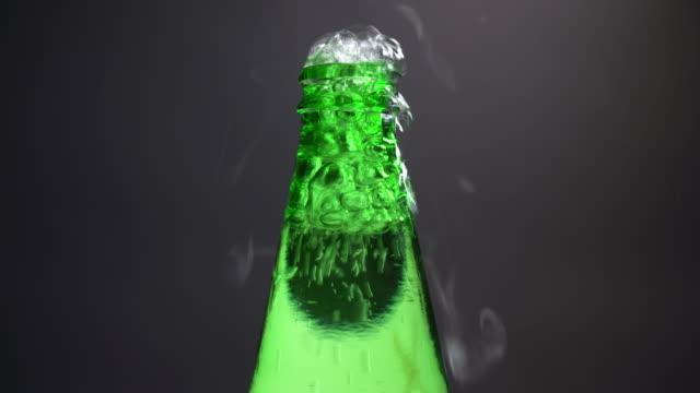 ソーダ水ボトルを開ける - ボトルオープナー点の映像素材/bロール