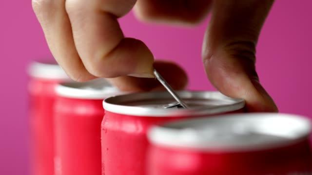 ソフトドリンクの開口缶 - アルミニウム点の映像素材/bロール