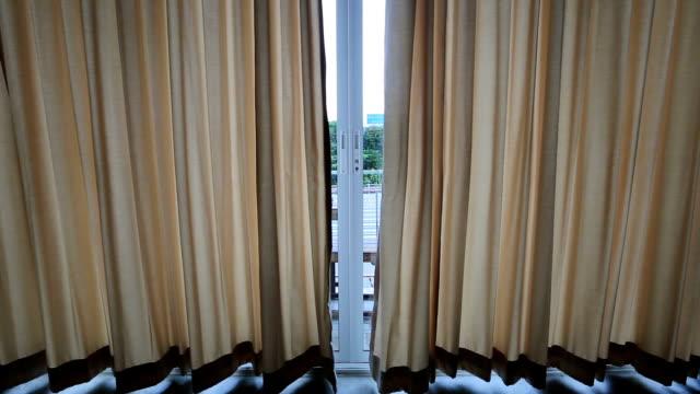 vídeos de stock, filmes e b-roll de abrindo a cortina - persiana artigo de decoração