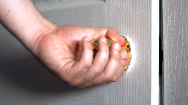 vidéos et rushes de porte d'ouverture tournant la poignée - porte structure créée par l'homme