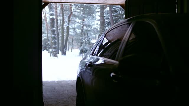 eröffnung garage. auto innen. winterlandschaft - wohngebäude innenansicht stock-videos und b-roll-filmmaterial