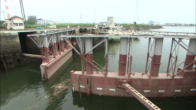 opening lock gate of miike port in fukuoka prefecture one of the sites of japan's industrial revolution in the meiji era world heritagelisted area... - chiusa di fiume video stock e b–roll