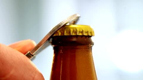 オープンのビールのキャップ - ボトルオープナー点の映像素材/bロール