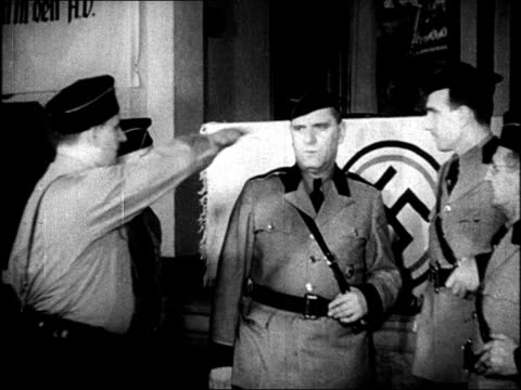 vídeos de stock e filmes b-roll de opening of the german american bund 'americanization rally' at madison square garden / bands on stage / nazi uniforms / protestor, isidore greenbaum,... - nazismo