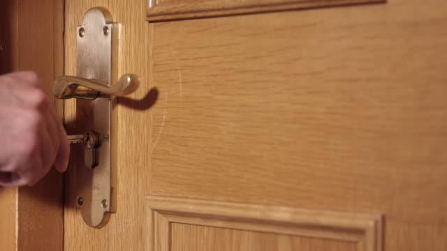 Apertura della porta con una chiave