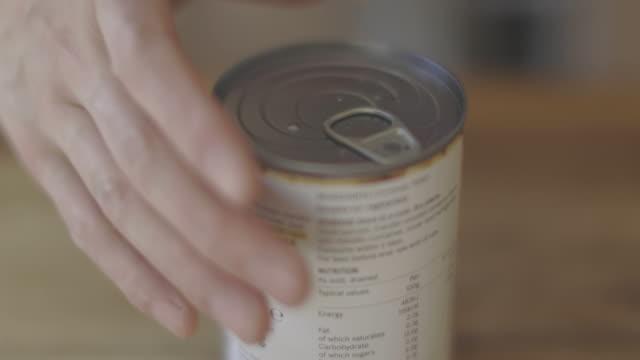 stockvideo's en b-roll-footage met opening tin van kikkererwten - glazen pot