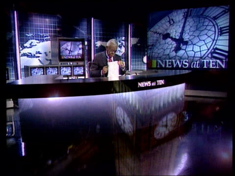 stockvideo's en b-roll-footage met opening titles of news at ten ???: monitors in tv studio gallery pull out ------------------------- cf = b0553012 or b0555470 20.12.37 to 20.12.50 fx... - channel 4 news