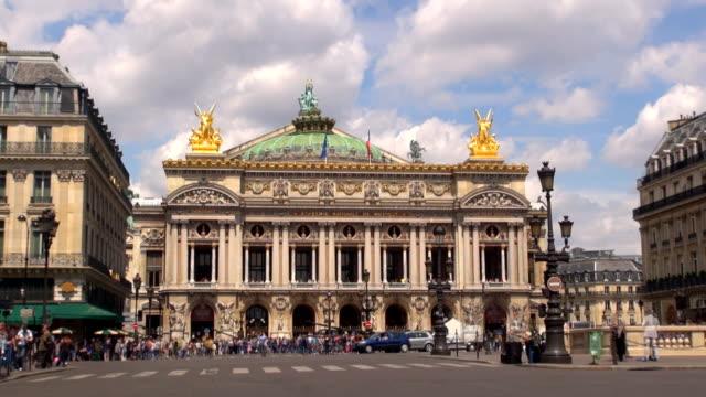 vídeos de stock, filmes e b-roll de opera garnier de paris, frança - teatro de ópera