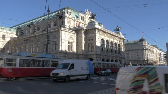 opera house and traffic on burgring in winter, vienna, austria, europe - wien österreich stock-videos und b-roll-filmmaterial