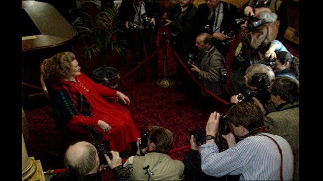 opera singer dame joan sutherland dies aged 83 tx 411991 photography ** sutherland smiling before photographers pink balloons sutherland interview... - pink singer stock videos and b-roll footage