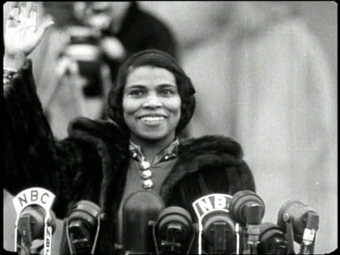 opera singer marian anderson sings my country tis of thee on the steps of lincoln memorial in 1939 - エイブラハム・リンカーン点の映像素材/bロール