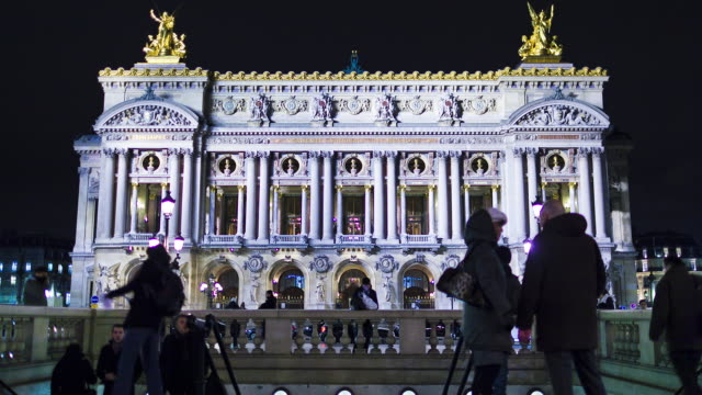 opera walkers - opernhaus stock-videos und b-roll-filmmaterial