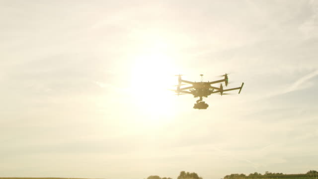 stockvideo's en b-roll-footage met tu operationele een drone af te nemen - afstandsbediening